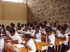Alumnos de Secundaria con sus nuevos pupitres. Kisenso. Año 2008.