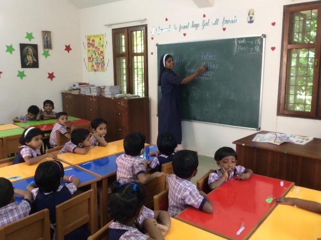 dando clase en Thelathuruth (R. India)