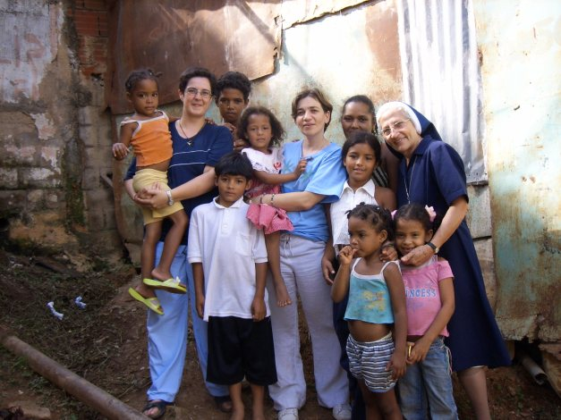 M. Trinidad con voluntarias en La Moran en Caracas