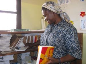 Madre Monique viendo el material didáctico en Loma. Año 2007.