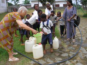 Niños y religiosas disfrutando del agua del pozo. Año 2006.