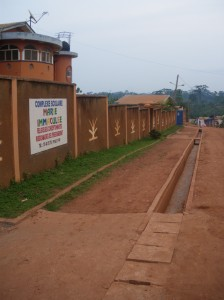 Vista general de la canalización de aguas, Escuela de Yaoundé. Año 2009.