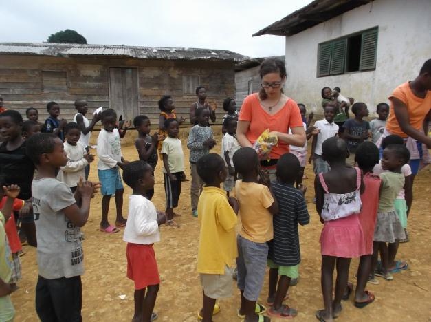 voluntaria-visitando-los-bateyes-evinayong-guinea-eucatorial