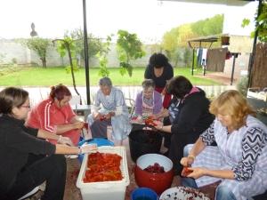 Voluntarias haciendo conservas para Tiendas Solidarias. Camponaraya