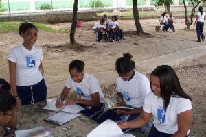 Alumnas estudiando en el patio de la Escuela