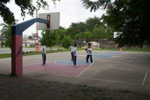 Alumnos jugando en la cancha de baloncesto