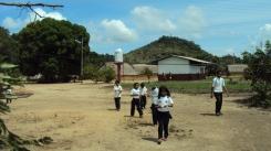 Niños camino de la escuela