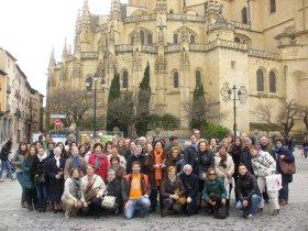 Voluntarios ante la Catedral de Segovia