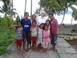 M. Rosa con niños de Larantuka